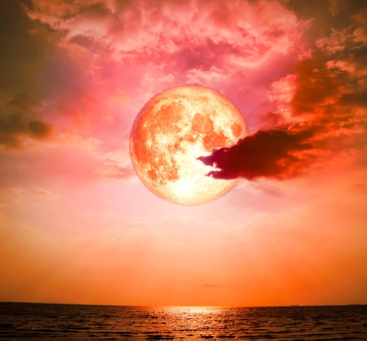 luna sangerie, luna plina, luna lupului