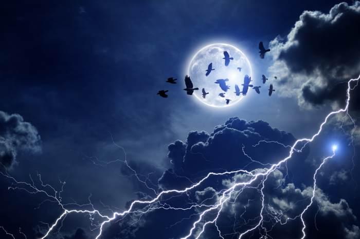 luna fulgerelor
