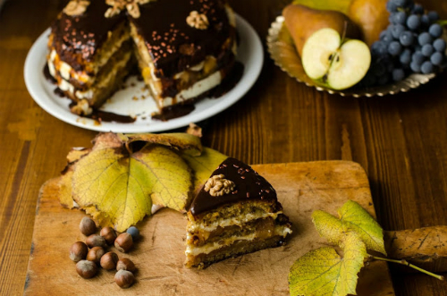tort cu nuci, mere, scortisoara si caramel