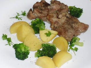 ceafa de porc la tava cu cartofi si broccoli