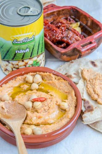 humus cu rosii uscate