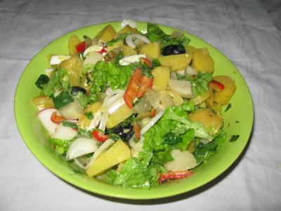 salata verde cu cartofi, ceapa si ou fiert