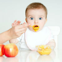 Ce trebuie sa faci daca bebelusul se ineaca cu alimente?