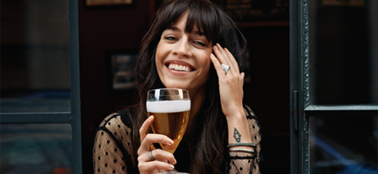 Despre ce discuta femeile la bere? Dar barbatii?