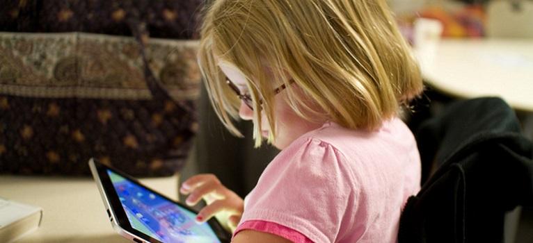 Sfatul unui pediatru: 10 motive pentru care copiii pana in 12 ani nu ar trebui lasati pe tablete si telefoane