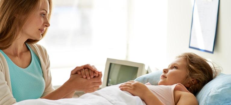 Este un DREPT LEGAL, nu un privilegiu: Copiii internati in spitale au nevoie de parintii lor