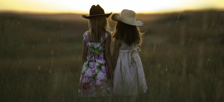 Studiu: Numai cine a crescut alaturi de o sora poate sa confirme!