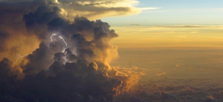 Spectacol de fulgere si furtuni in cer: Un pilot de avion a uimit o lume intreaga cu aceste fotografii extraordinare!