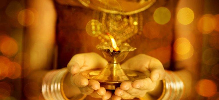 Gayatri Mantra -mantra pe care trebuie sa o rostesti de 108 ori pentru a-ti indeplini dorintele. Iar daca nu ai timp, ASCULT-O!