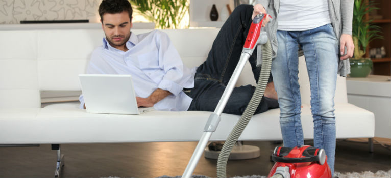 5 trucuri ca sa-l convingi sa se implice mai mult in problemele casei