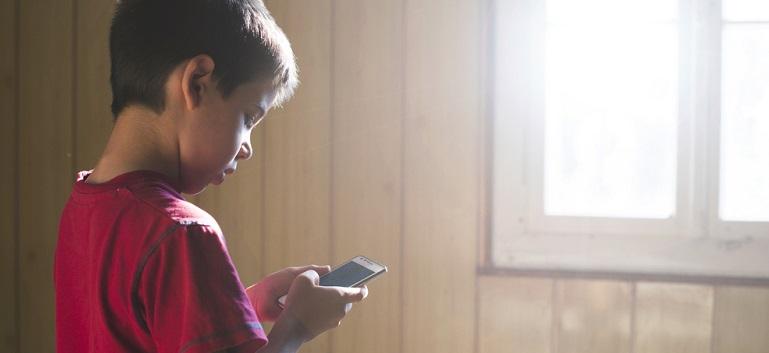 Efectele telefonului mobil asupra copilului: Dependenta de telefon poate ruina copilaria!