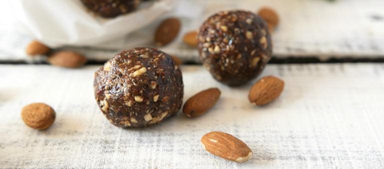 Reteta vegana simpla: Bile proteice fara zahar, cu cacao si cocos