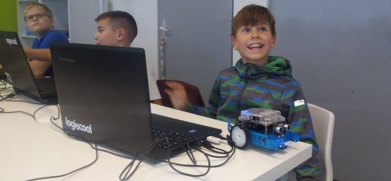 Logiscool vine in Bucuresti. Copiii fac cursuri de programare si robotica in timp ce se joaca.