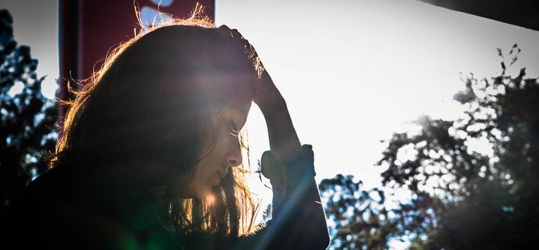 IUBIREA din durere: Cele 6 BENEFICII SPIRITUALE ale durerilor acute