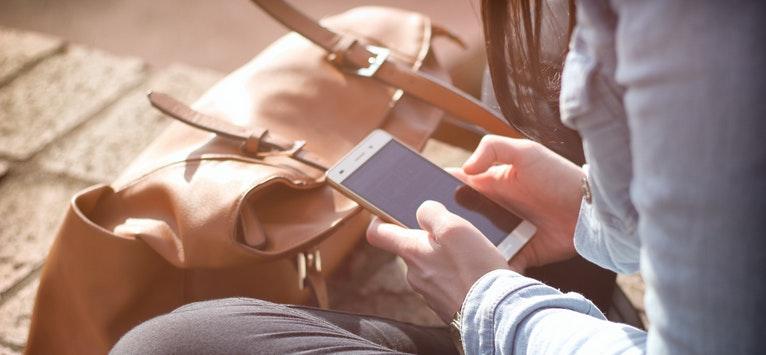 Studiu AVON: 2 din 10 tineri au trimis poze nud cu ei pe rețelele online de socializare!