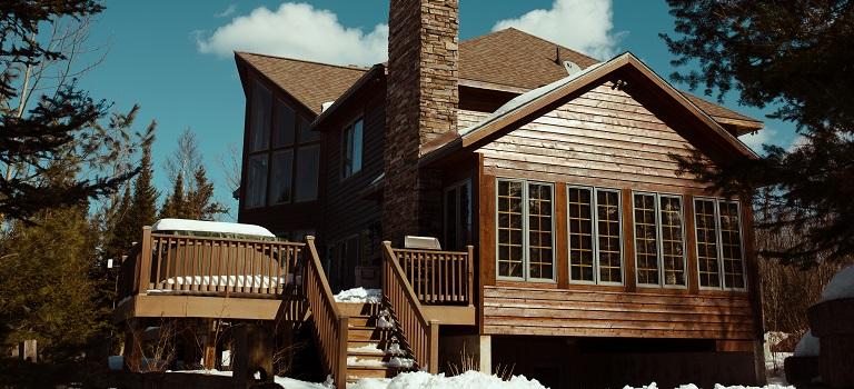 5 avantaje reale ale constructiilor care implica case de lemn