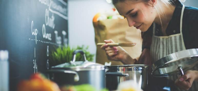 5 trucuri din bucătărie pe care să le folosești înainte de a găti o cină specială