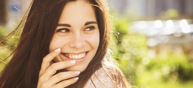 Râzi, femeie, fiindca râsul îți înnobilează viața....
