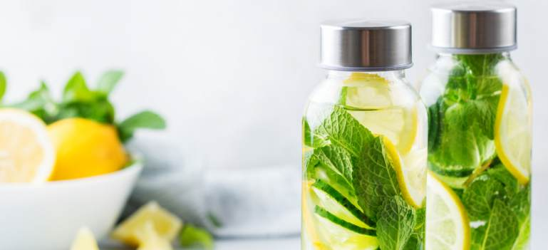 Răcorește-te cu stil: sticle de apă și recipiente cu design fresh