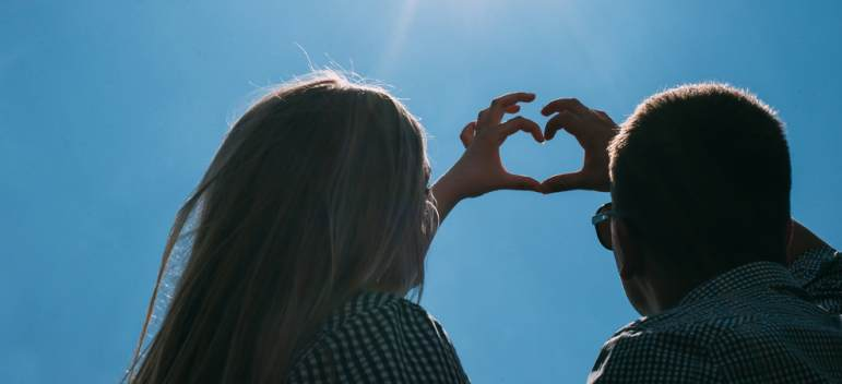 Psiholog: Cuplurile fericite NU se 'etalează' pe Facebook