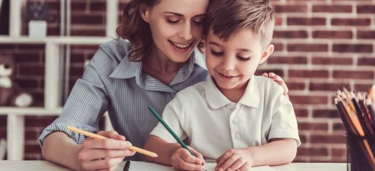 Cum îți ajuți copilul la teme într-un mod practic - 4 sfaturi utile pentru orice părinte