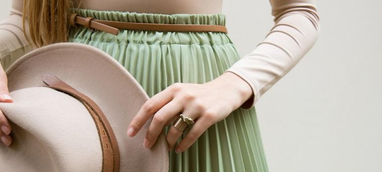 Look de anii '50: moda fustelor plisate în 9 modele de care te vei îndrăgosti