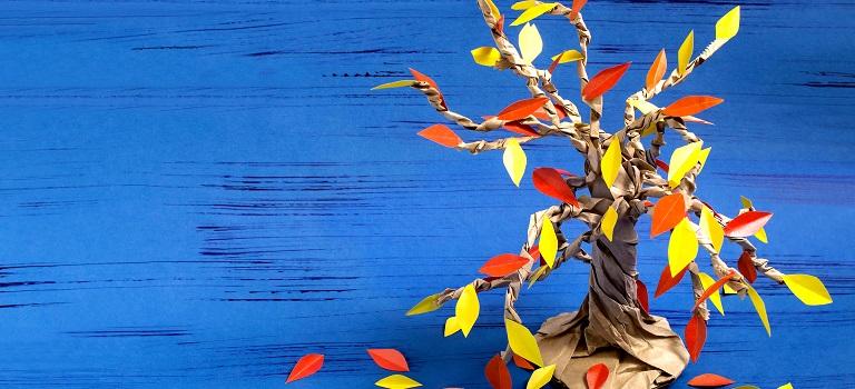 Tutorial foto: Cum sa faci impreuna cu copilul tau un copac de toamna dintr-o Punga de Hartie