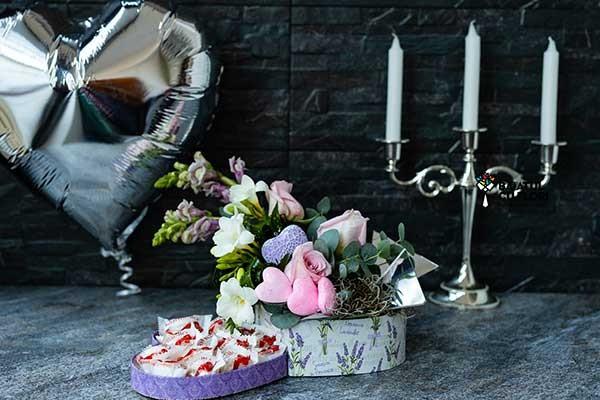 Colectia de Valentine's Day de la Baiatul cu Flori: Aranjamente florale si cadouri gourmet pentru ea&el