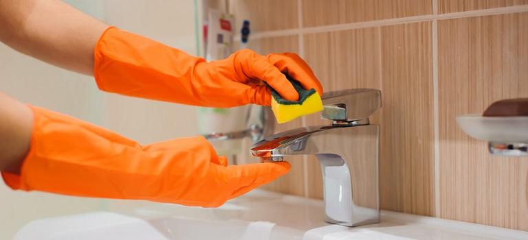 10 greșeli pe care le facem când curățăm baia