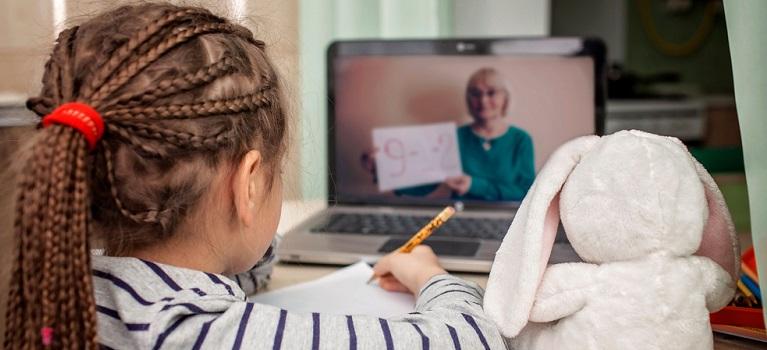 STUDIU: Peste 91% dintre copii şi adolescenţi se simt stresaţi sau trec prin experienţe tulburătoare din cauza pandemiei