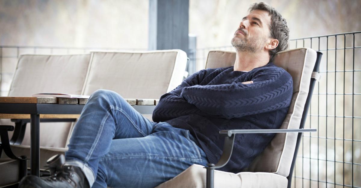 Bărbați care fug de iubire: Portretul bărbatului indisponibil emoțional