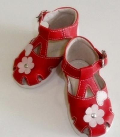 Incaltaminte de vara: 10 modele adorabile pentru copii: Sandale rosii pentru fetite