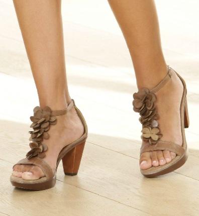 10 modele de sandale cu aplicatii florale: Sandale cu bride