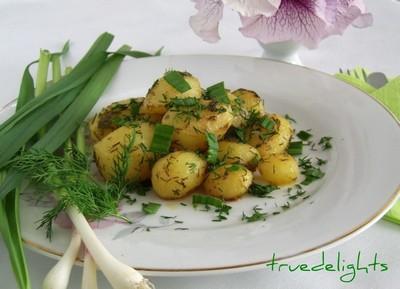Cartofi noi: 5 retete de sezon: Cartofi noi cu marar si usturoi verde