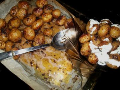 Cartofi noi: 5 retete de sezon:  Cartofi noi la cuptor cu sos tzatziki