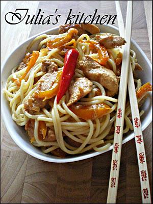 5 retete fast food gatite la tine acasa: Spaghetti cu pui si ardei