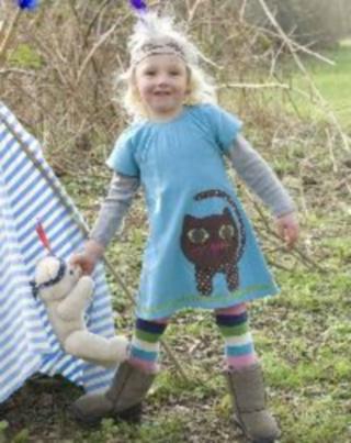 20 Hainute de vara in tendinte pentru copii: Rochita cu pisicuta aplicata