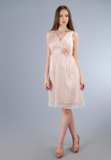 Cum ma imbrac la nunta sau botez? 11 rochii de seara: Rochie discreta cu floricica