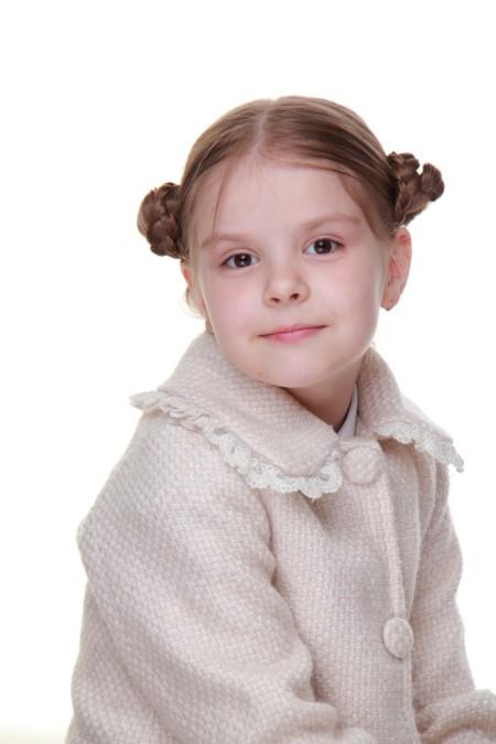 10 Coafuri de vara in tendinte pentru fetite: Coafura coc in laterale din impletituri