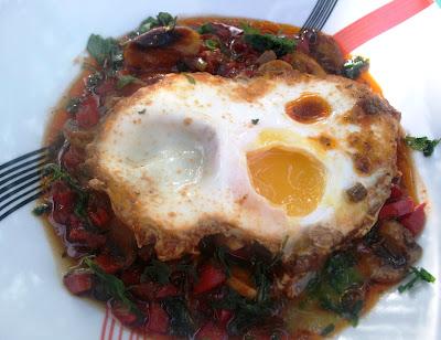 5 retete rapide pe care le poti prepara in aceasta dimineata:  Oua in sos de rosii