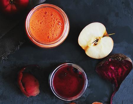 Cum sa prepari sanatos sucuri naturale: 3 storcatoare de fructe + 2 retete: Suc de sfecla rosie, morcov si mar