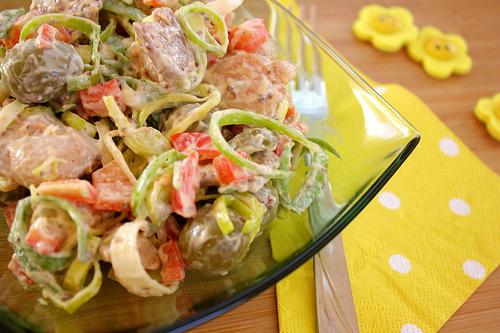 Pregatiri pentru Craciun: 5 aperitive dichisite: Salata de pui cu masline verzi