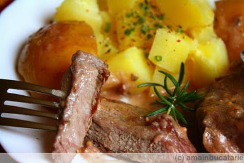 5 retete de fripturi pentru masa de Craciun: Friptura de porc in sos de vin rosu cu mere si rozmarin