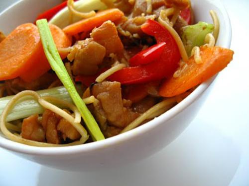 Nimic in frigider? 4 solutii pentru o cina rapida:  Taitei de ou cu pui si legume