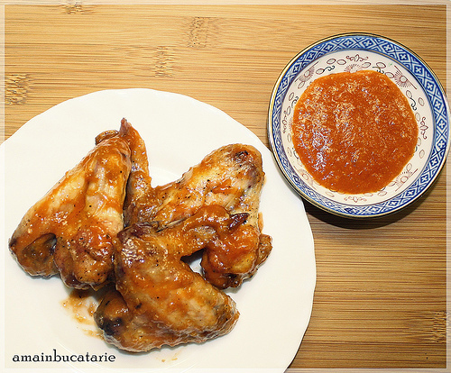 Picanterii de 1 Aprilie: 3 retete cu ingrediente surpriza: Pui Sriracha - aripioare in sos picant