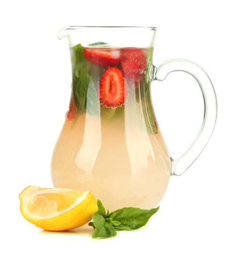 Detox de vara: 4 bauturi cu fructe: Apa cu capsuni, o bautura relaxanta