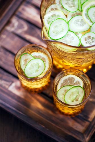 Detox de vara: 4 bauturi cu fructe: Apa cu castraveti, buna pentru detoxifierea corpului
