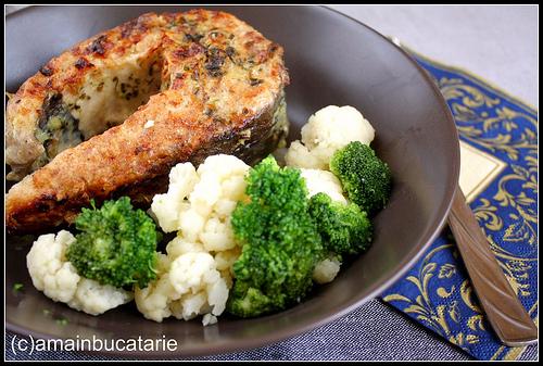 Prepara aceste retete diseara, cand ajungi acasa: Peste la cuptor in sos de usturoi si vin