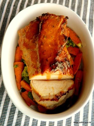 5 retete de fripturi de incercat de Craciun: Cotlet glazurat cu morcovi si broccoli