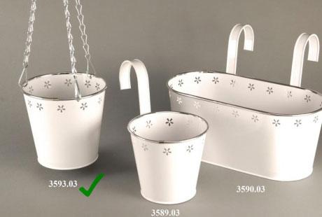 Util pentru plantele tale: 14 modele de ghivece: Ghiveci suspendat alb cu lantisoare